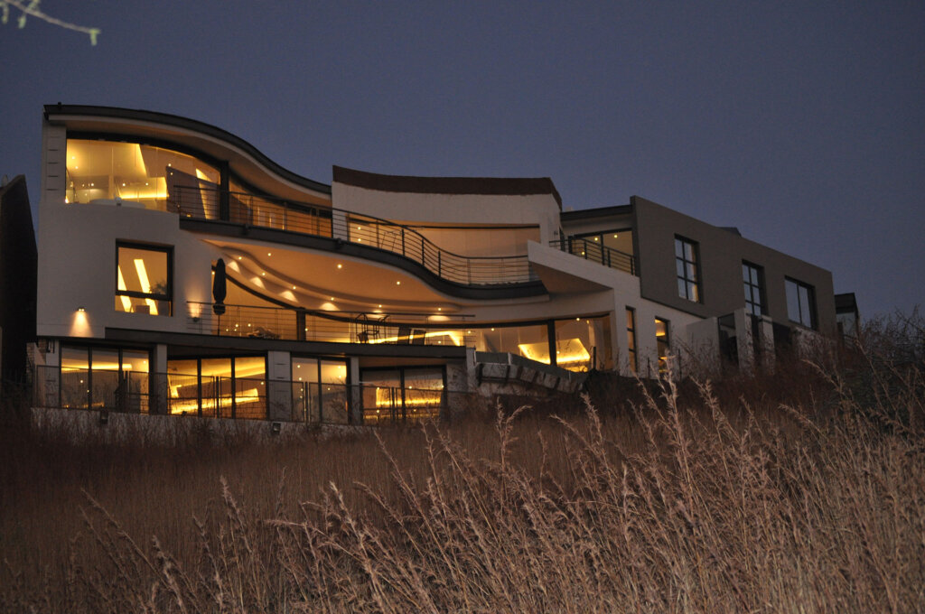 triple-storey-house-with-aluminium-stacker-doors